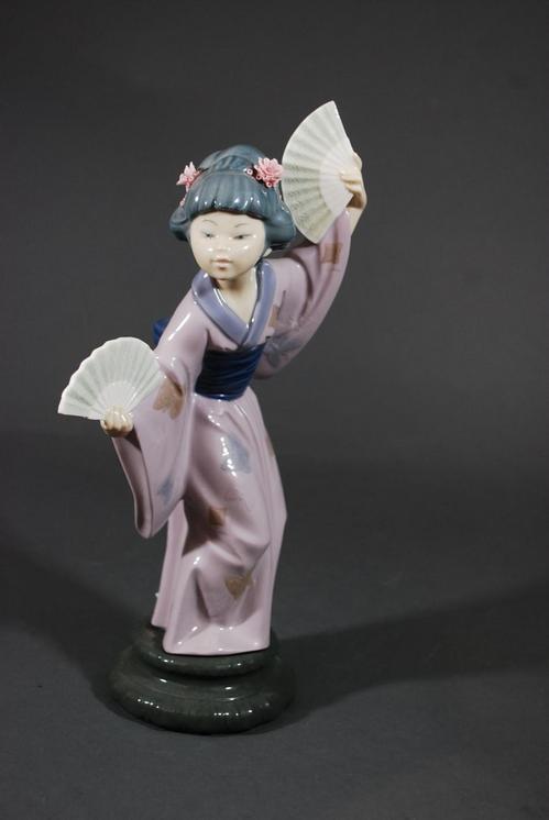 Lladro Geisha Asian Japanese Girl Holding Fan Delicate