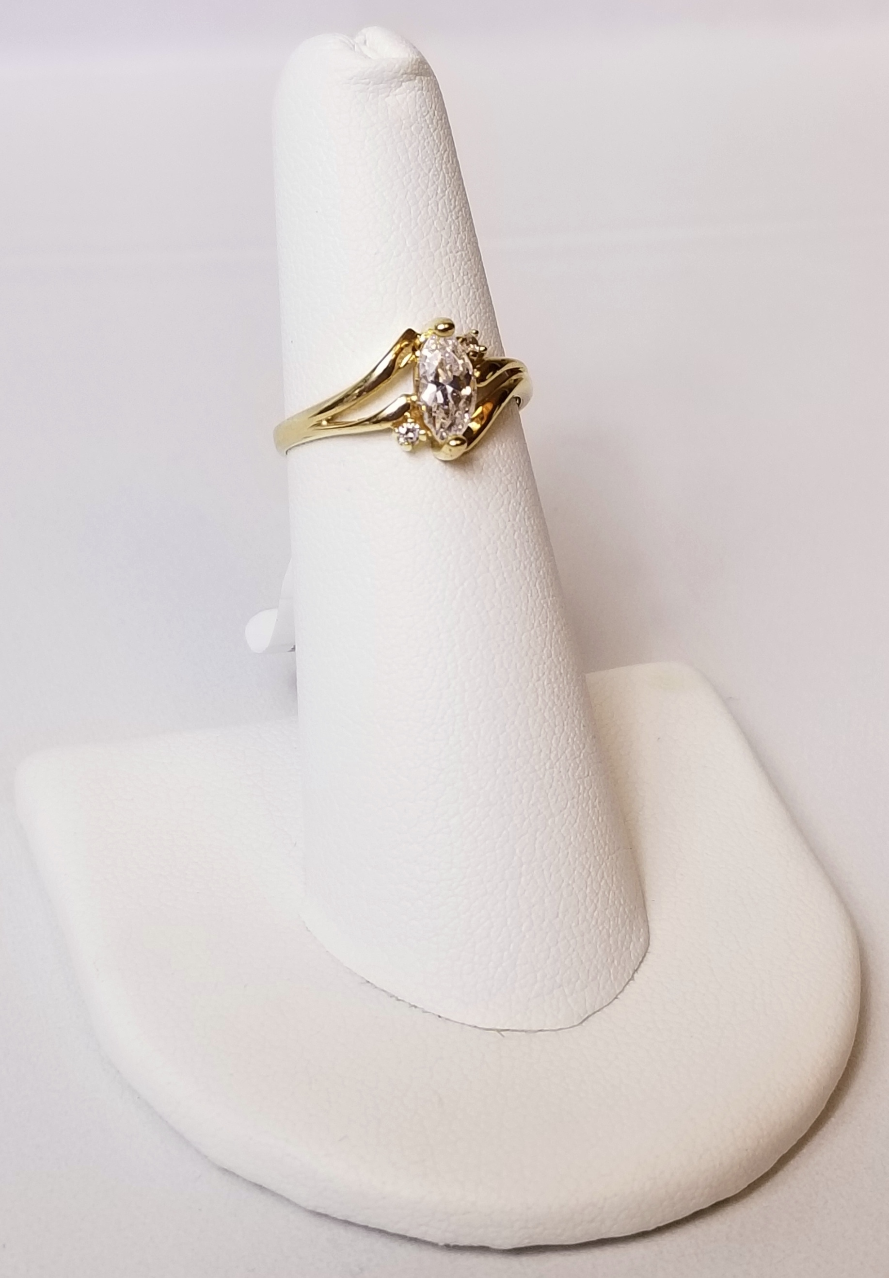 10K Yellow Gold 1.80g Ring with Clear Stones
