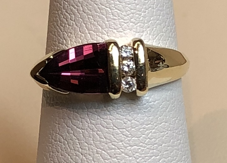 Fashion Ring with Diamonds and Maroon Stones 14K Yellow Gold 2.9g