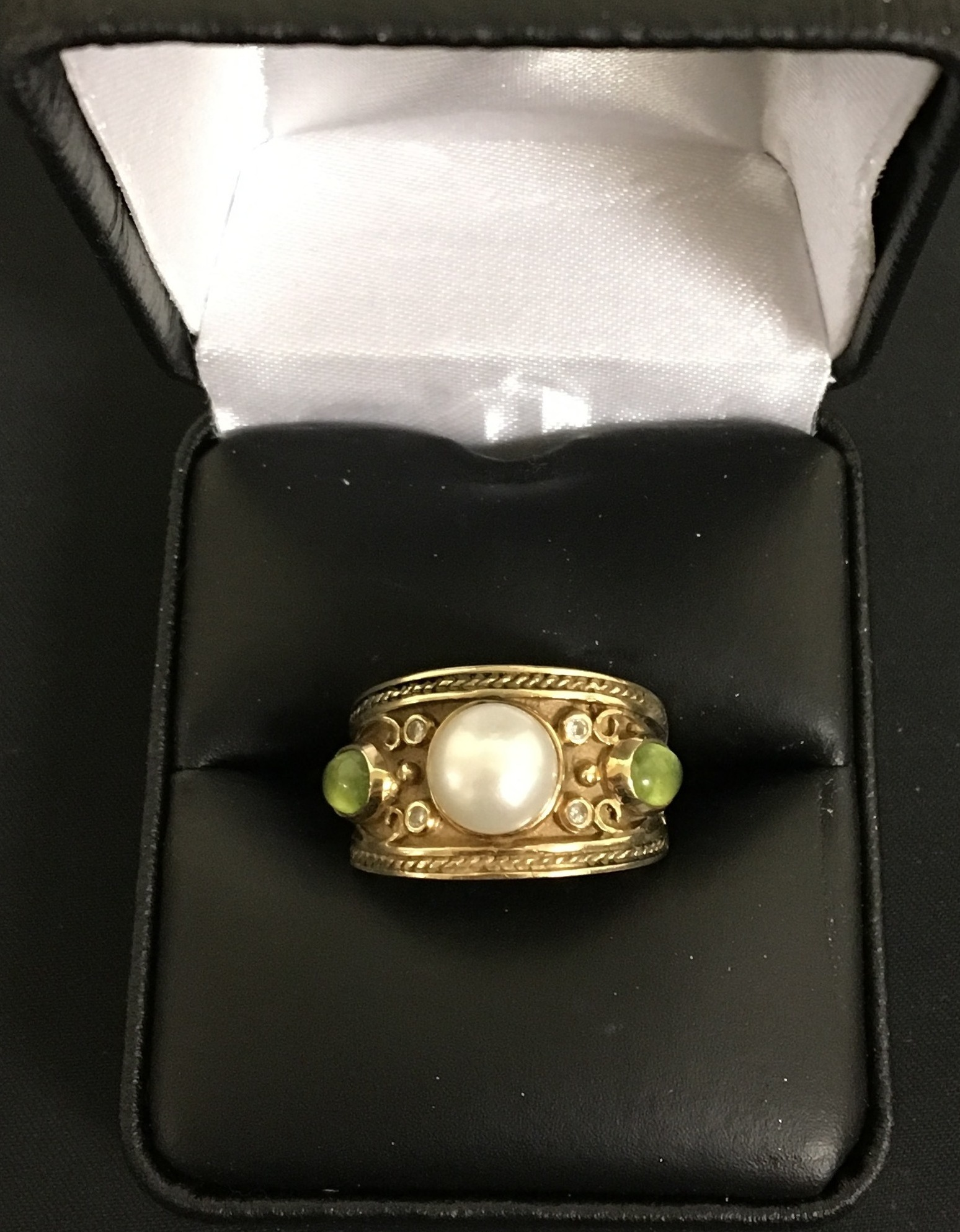 14KT YELLOW GOLD BAND WITH WHITE PEARL GREEN CHIPS W/TINY DIAMONDS. DWT 5.26