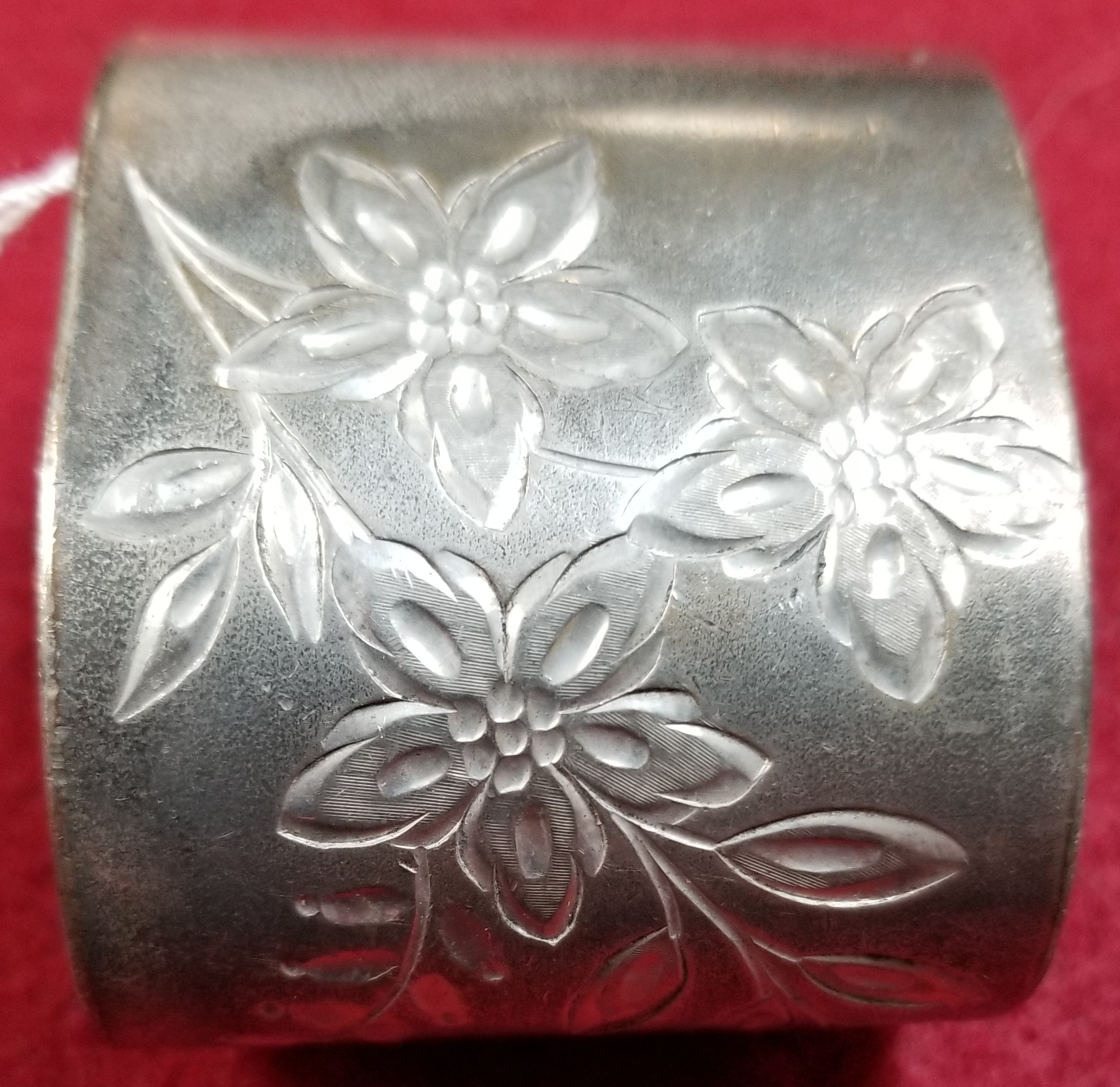 COLLECTIBLE: SILVER NAPKIN RING W/ FLOWER DESIGNS