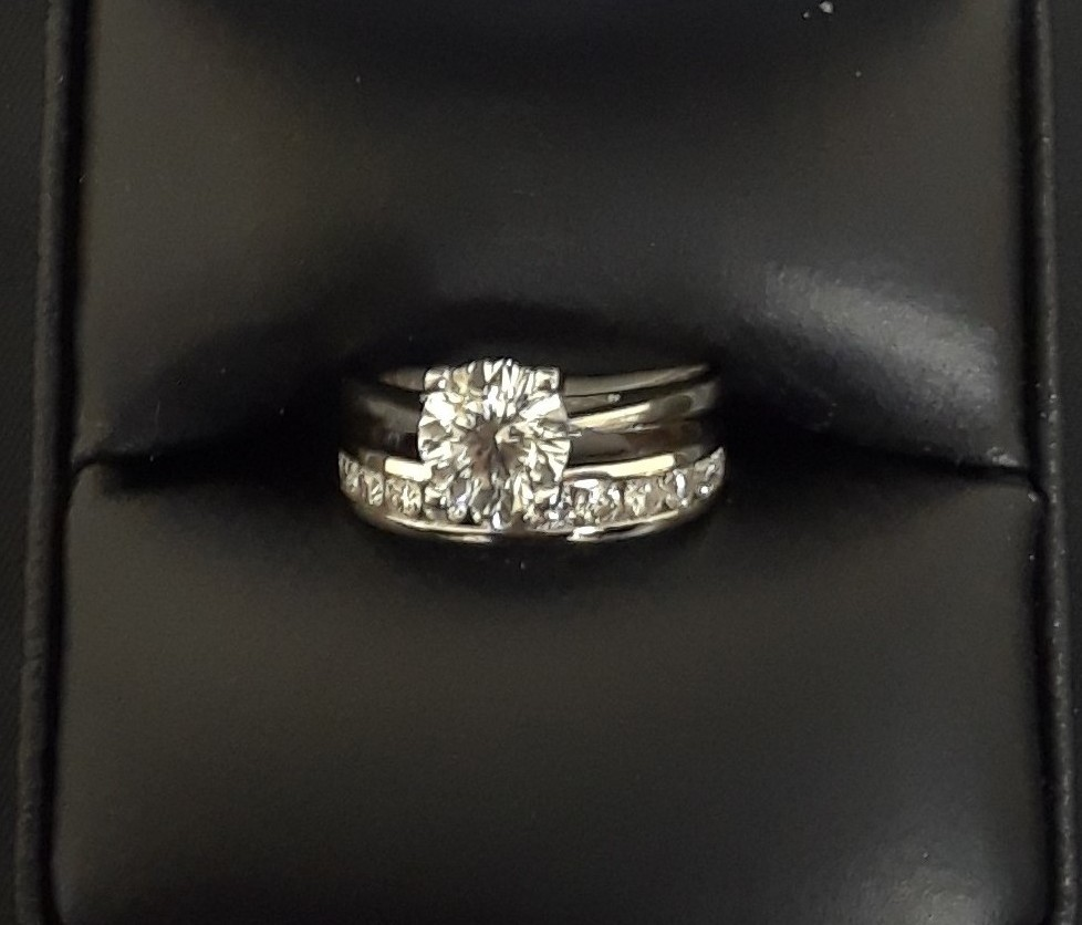 SIZE 4 18KT WHITE GOLD WEDDING SET.