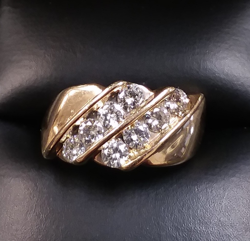 SIZE 7 10KT YELLOW GOLD DIAMOND RING.