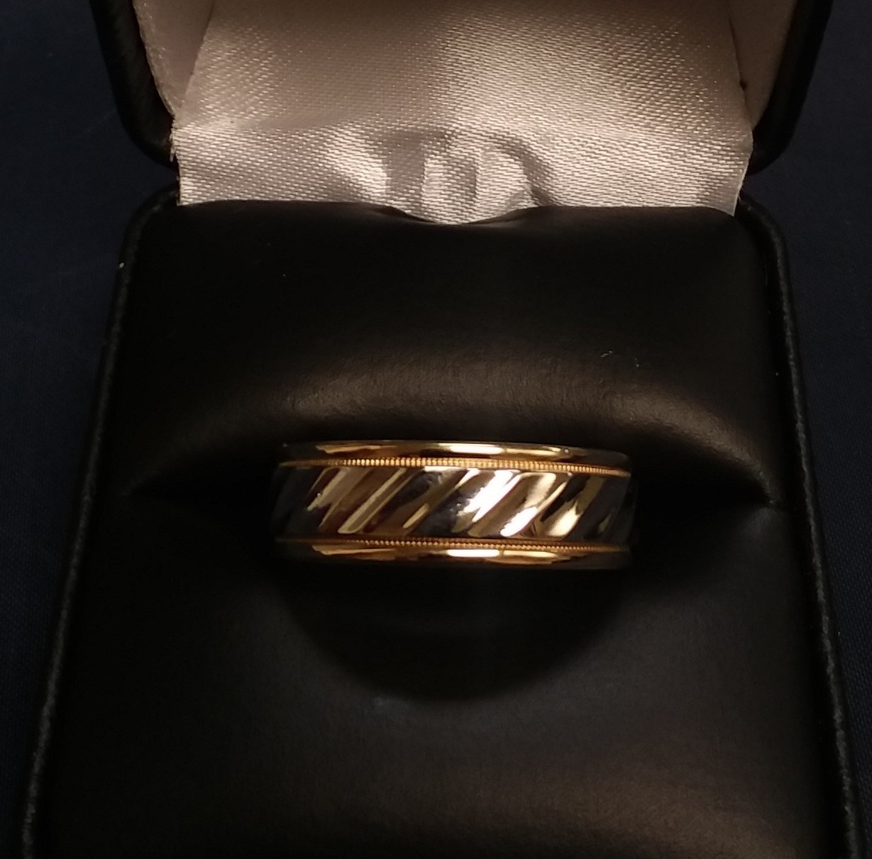 14KT TWO TONED GOLD RING.