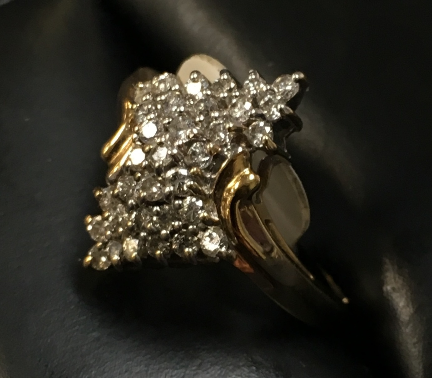 14KT YELLOW GOLD CUSTER RING WITH 33 DIAMOND CHIPS. SIZE: 7