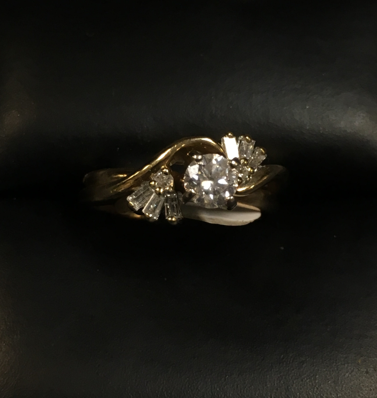 14KT YELLOW GOLD DIAMOND WEDDING BAND. SIZE: 5.5