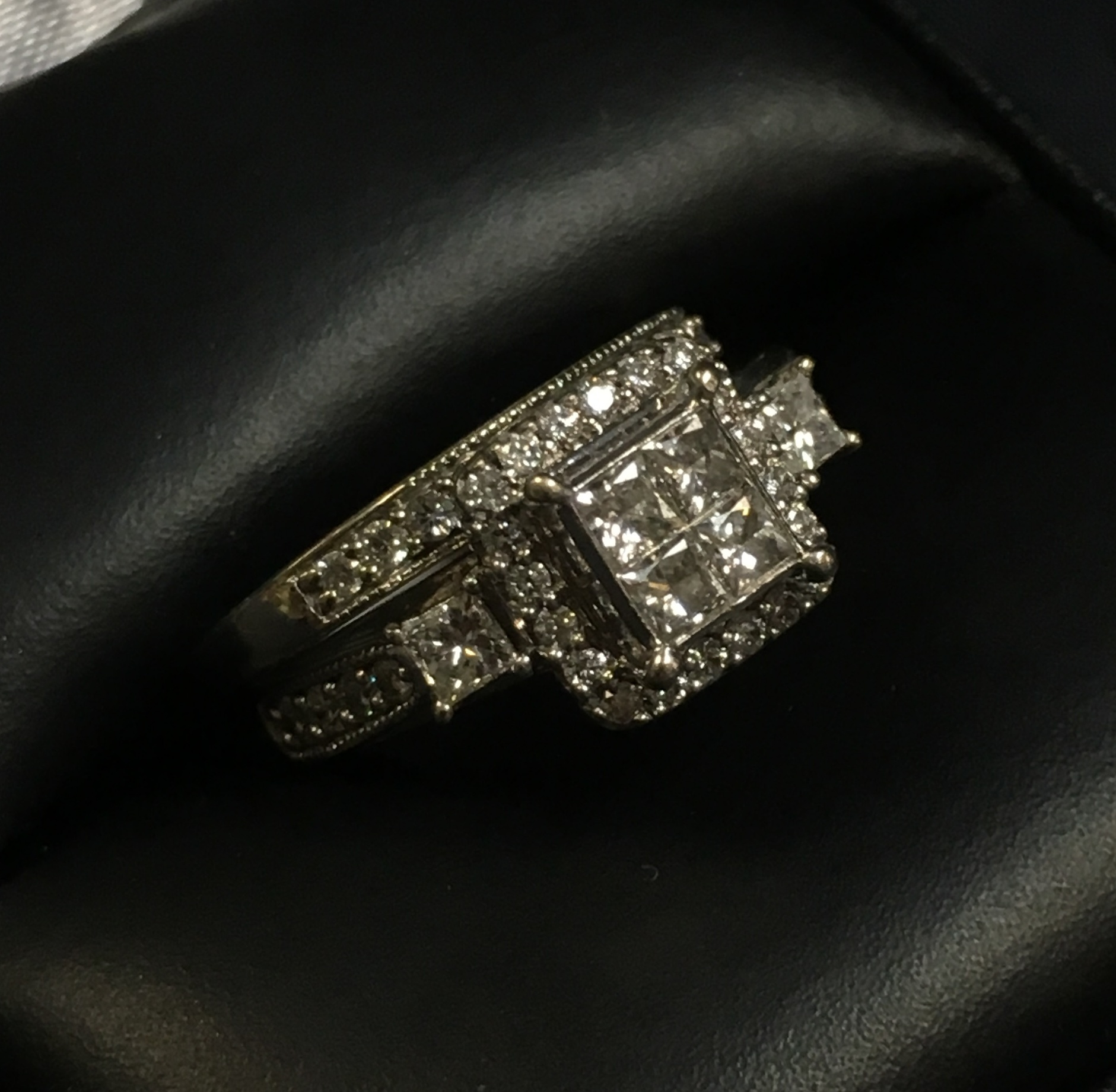 10KT WHITE GOLD DIAMOND CHIP WEDDING BAND. SIZE: 4.5