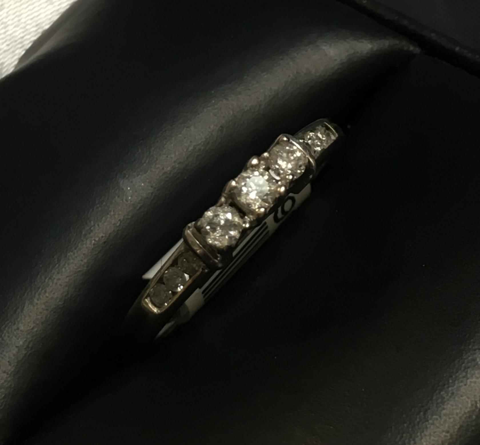 10KT WHITE GOLD DIAMOND RING. SIZE: 6.5