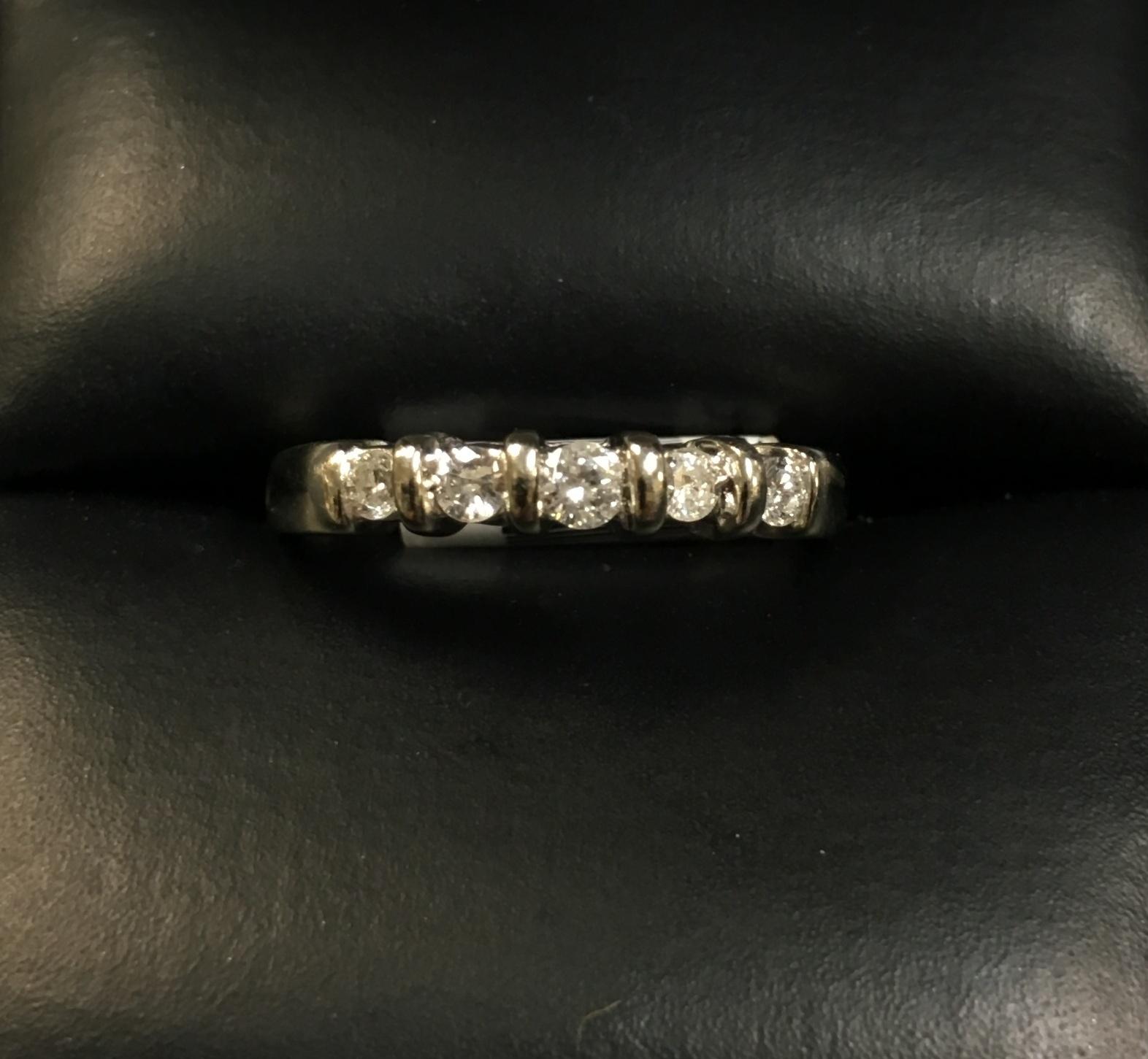 14KT WHITE GOLD DIAMOND BAND. SIZE: 5.5