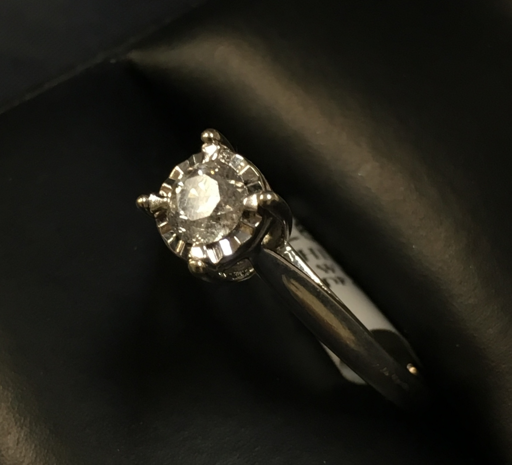 10KT WHITE GOLD APPROX 1/3 ROUND DIAMOND RING. SIZE: 7