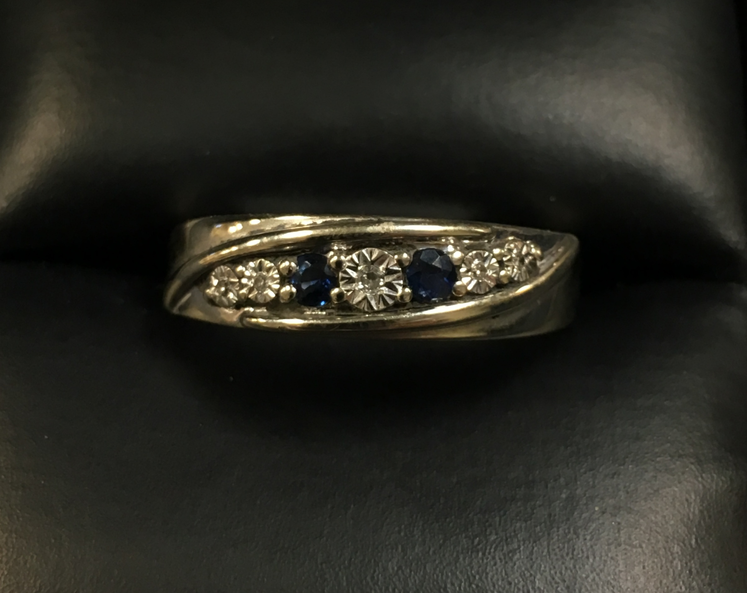 10KT WHITE GOLD DIAMOND CHIP RING WITH TINY BLUE STONES. SIZE: 10