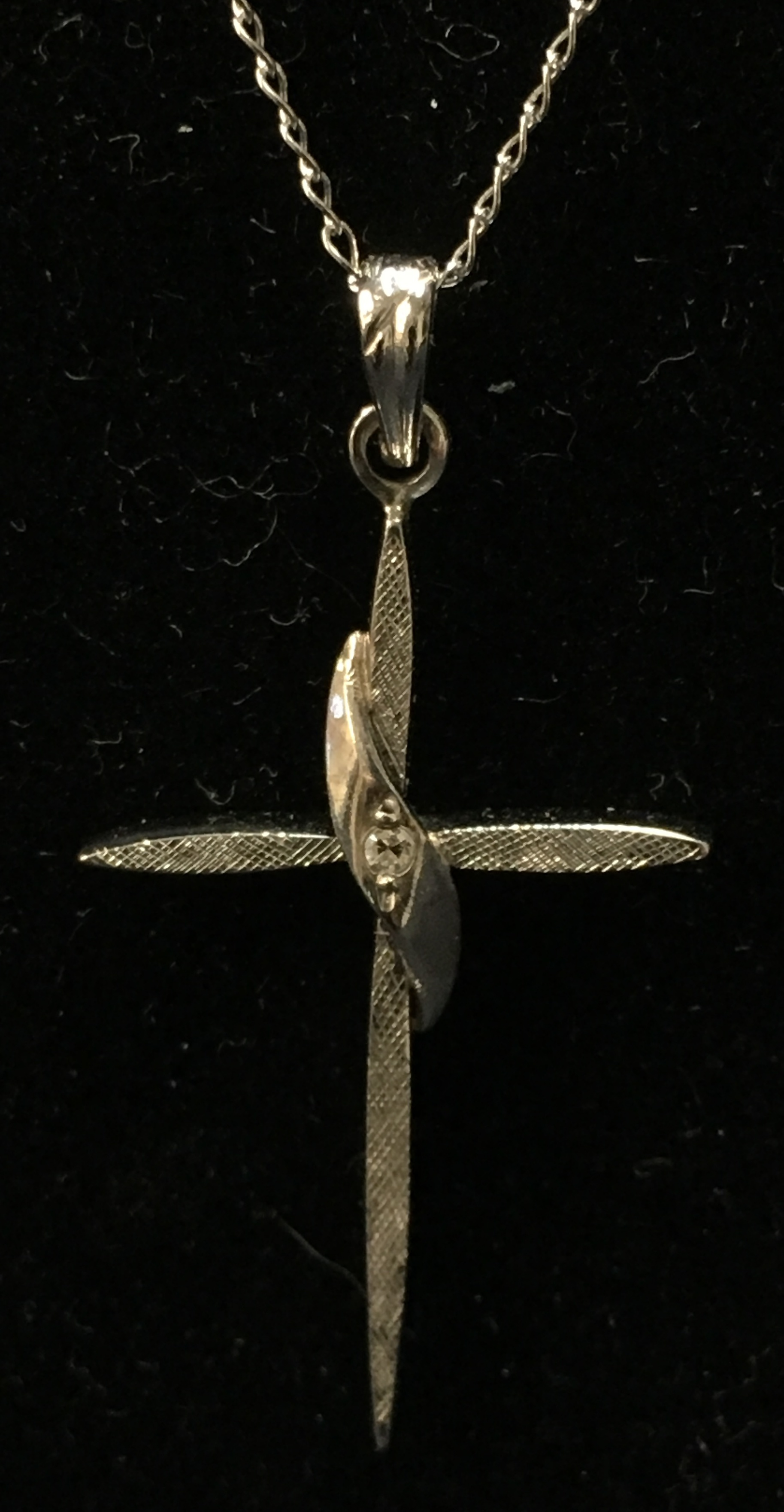 14KT WHITE GOLD CROSS NECKLACE.  LENGTH: 18