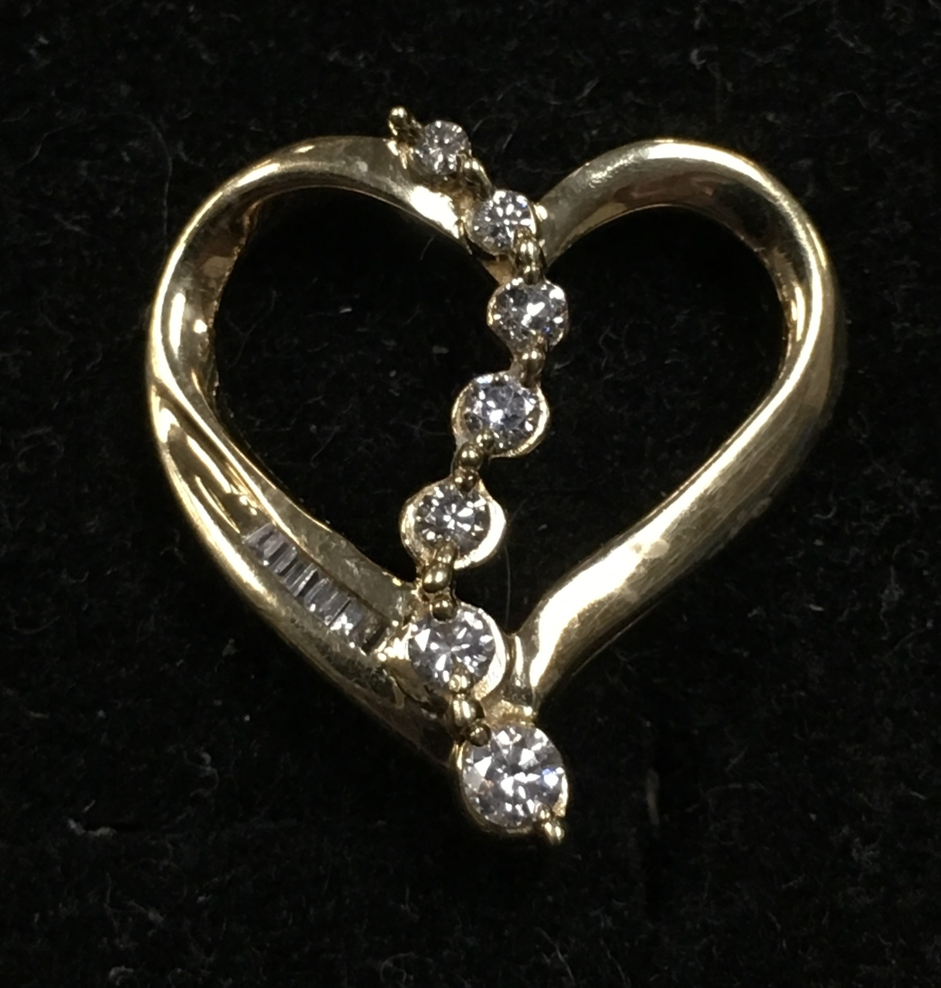 10KT YELLOW GOLD DIAMOND CHIP HEART CHARM.