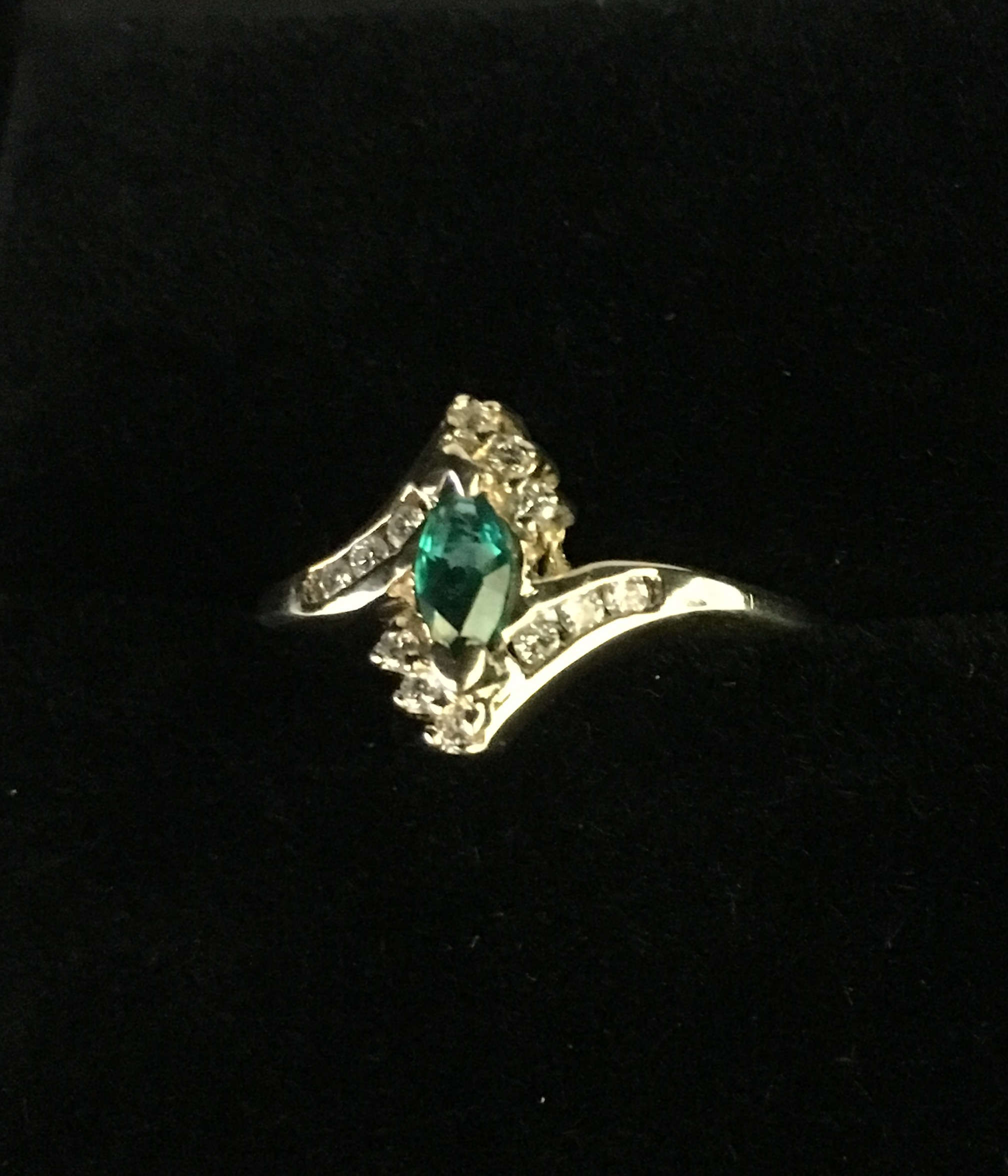 10KT WHITE GOLD MARQUISE GREEN STONE RING. SIZE: 5.5