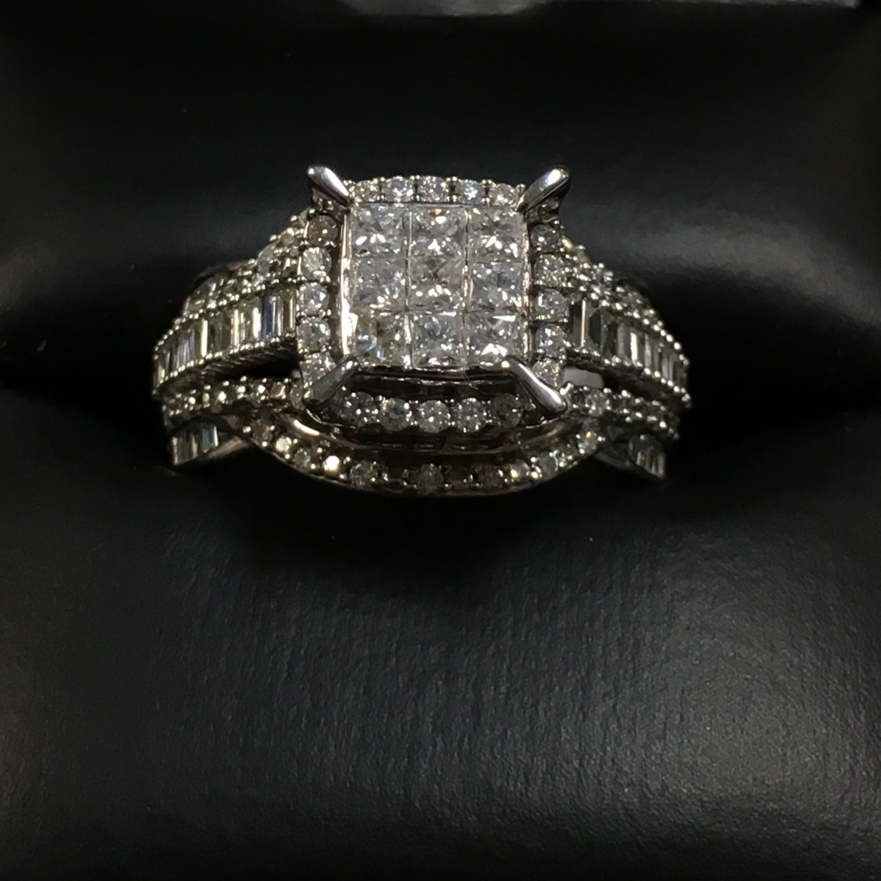 10KT WHITE GOLD BEAUTIFUL ENGAGEMENT RING WITH DIAMONDS -SIZE: 7