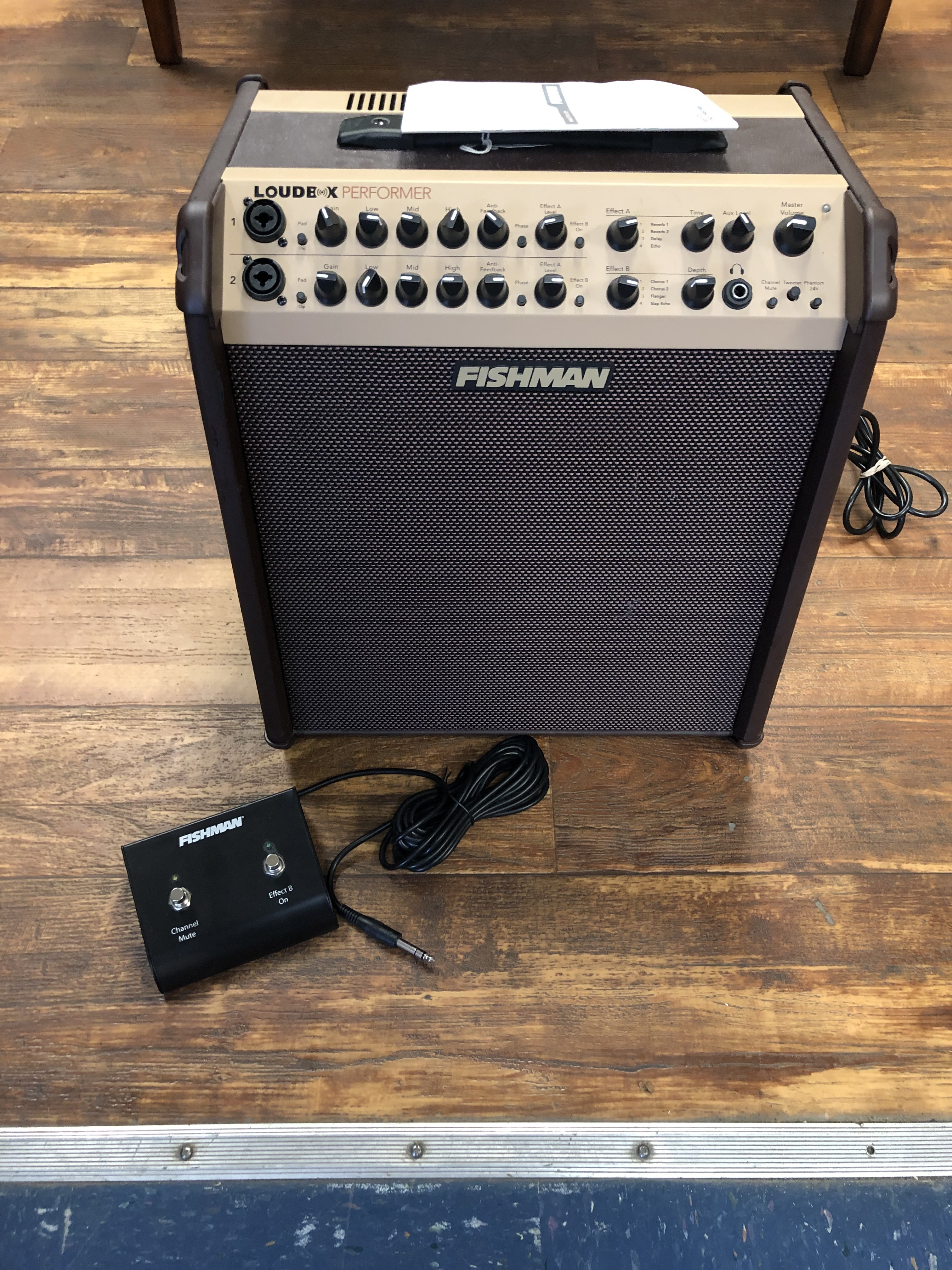 FISHMAN ACOUSTIC GUITAR AMP WITH FOOTSWITCH AND AMP COVER - LOUDBOX PERFORMER