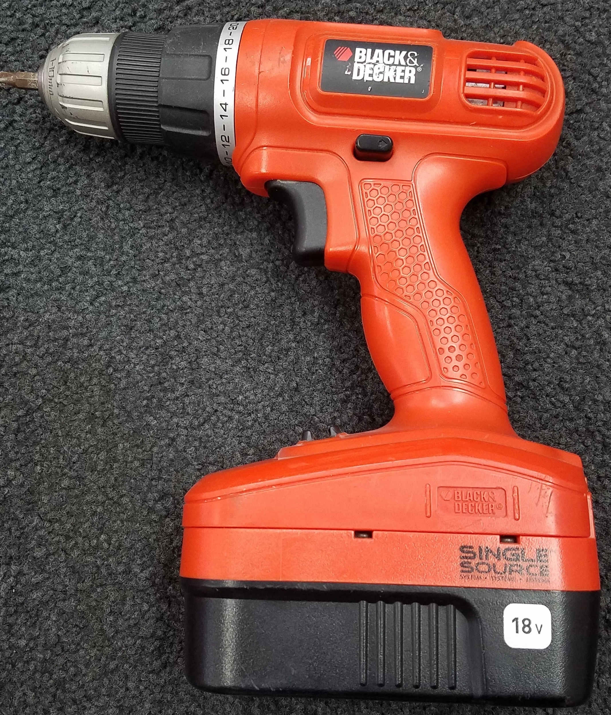 BLACK DECKER DRILL WITH BATTERY AND CHARGE