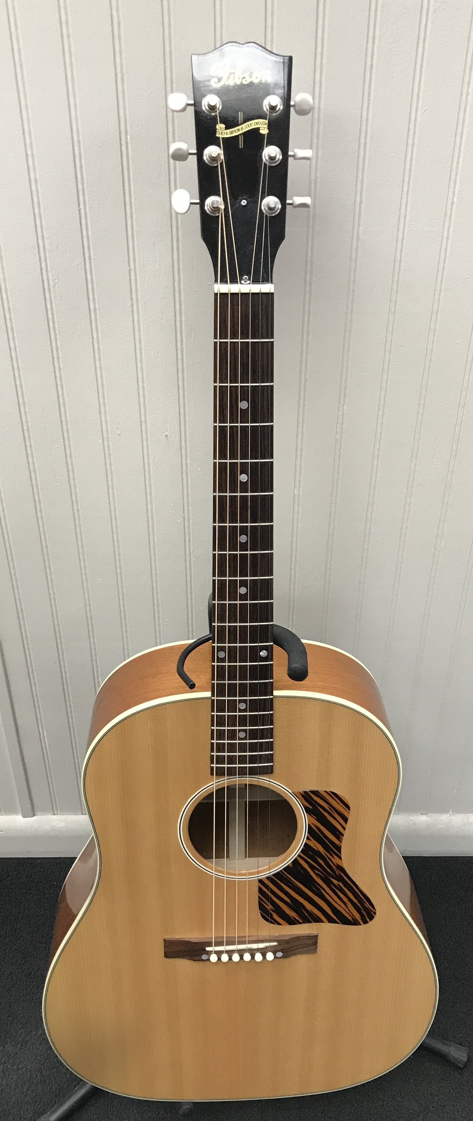GIBSON  J-35  GUITAR-ACOUSTIC