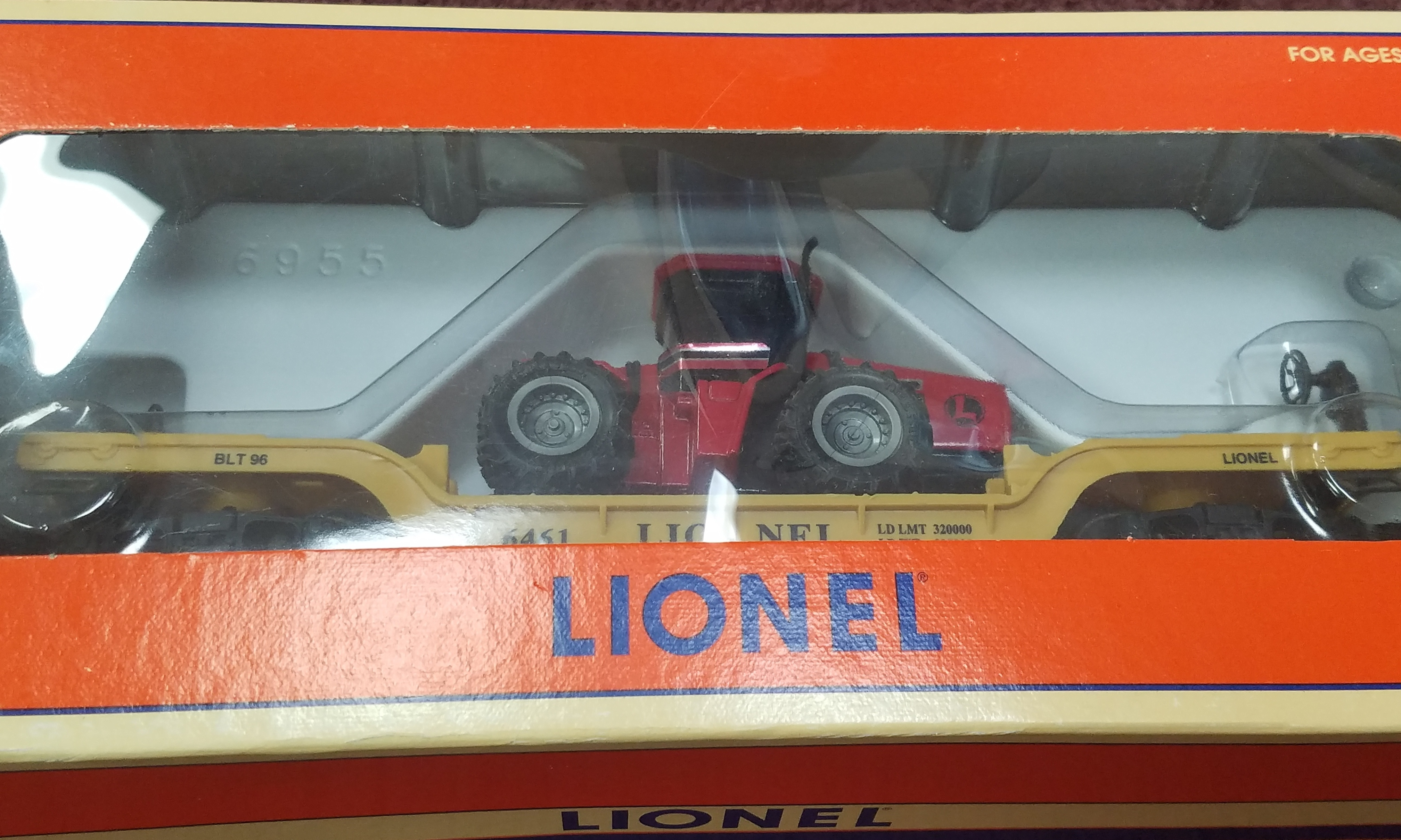 LIONEL - 6-16957 FLATCAR WITH ERTL CASE 4WD TRACTOR