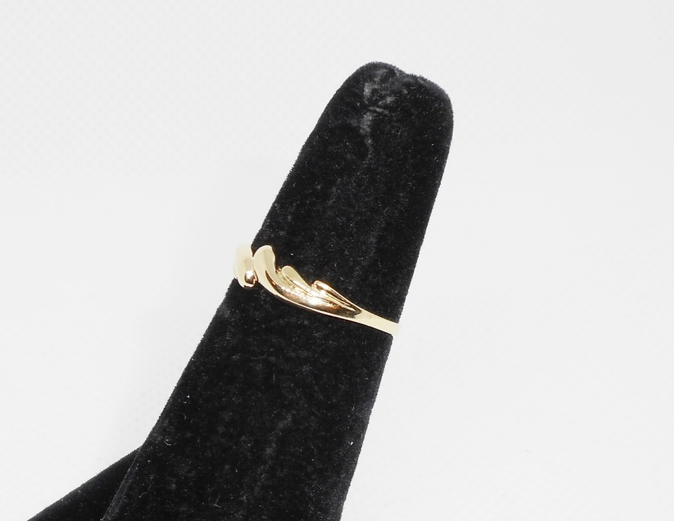 SMALL GOLD BAND WITH SCROLL DESIGN