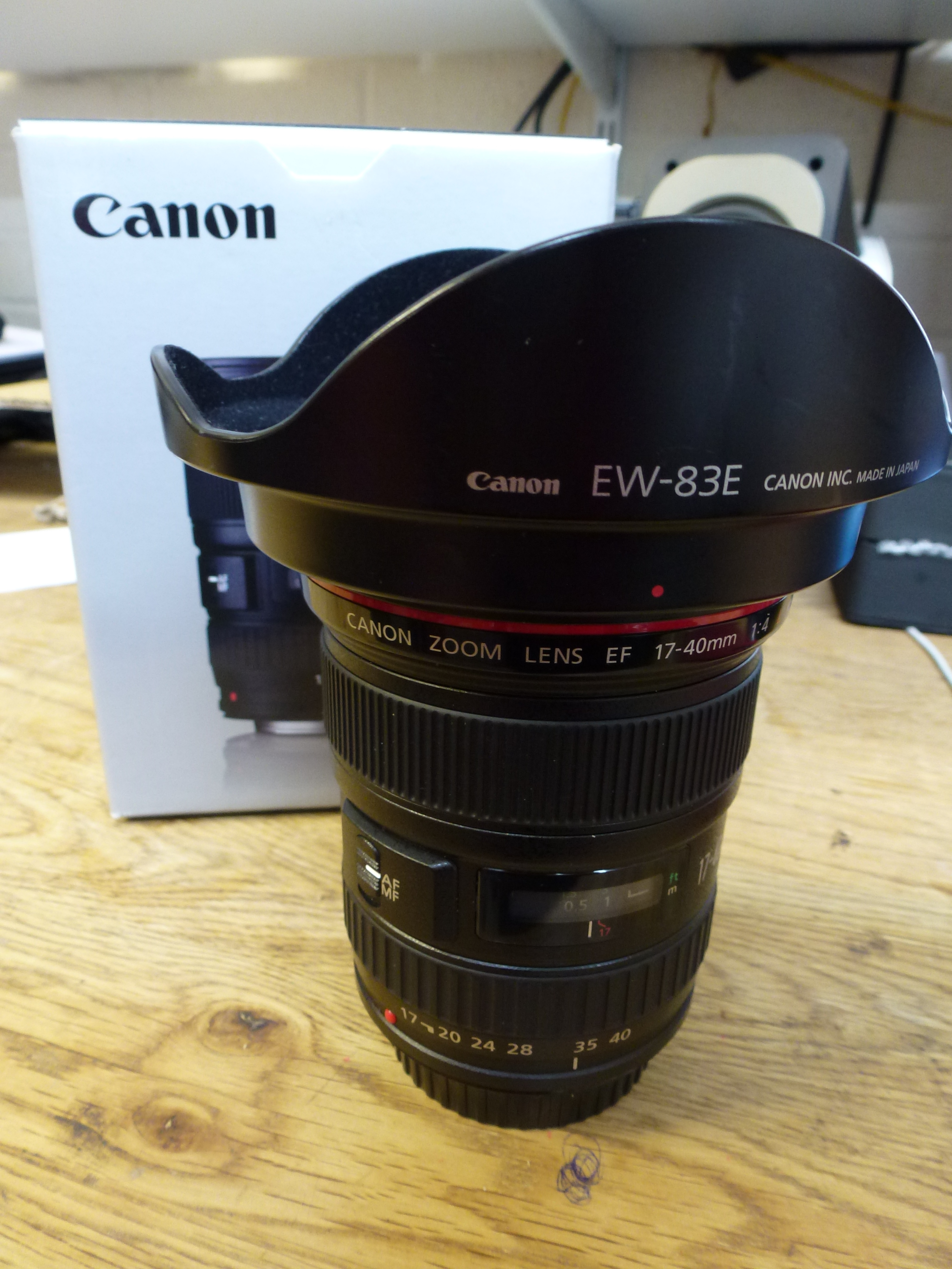 Canon EF 17-40mm F/4.0 L USM Ultra Wide Angle Zoom Lens with Lens Hood