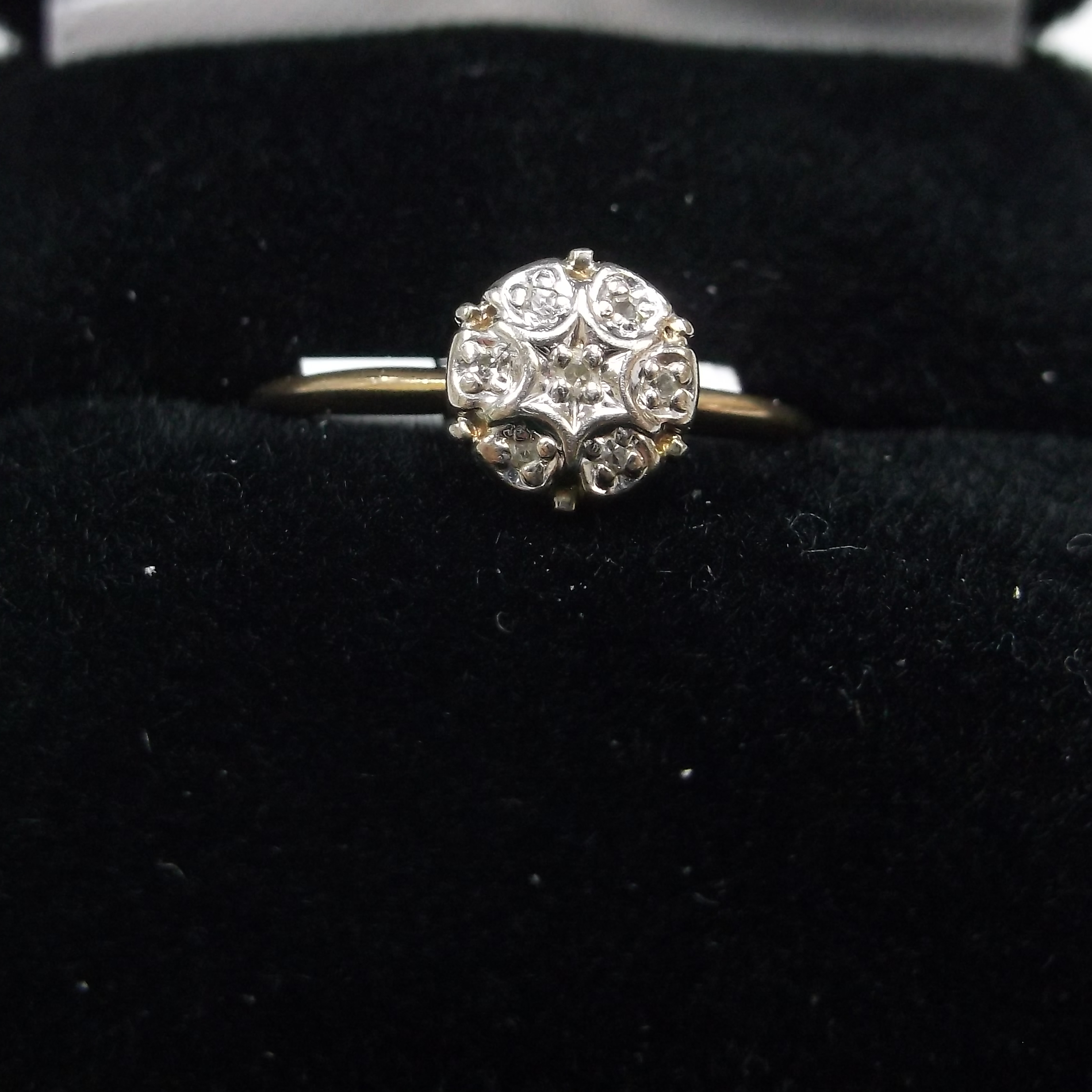 10 KT YELLOW GOLD WITH CLUSTER OF SMALL DIAMONDS
