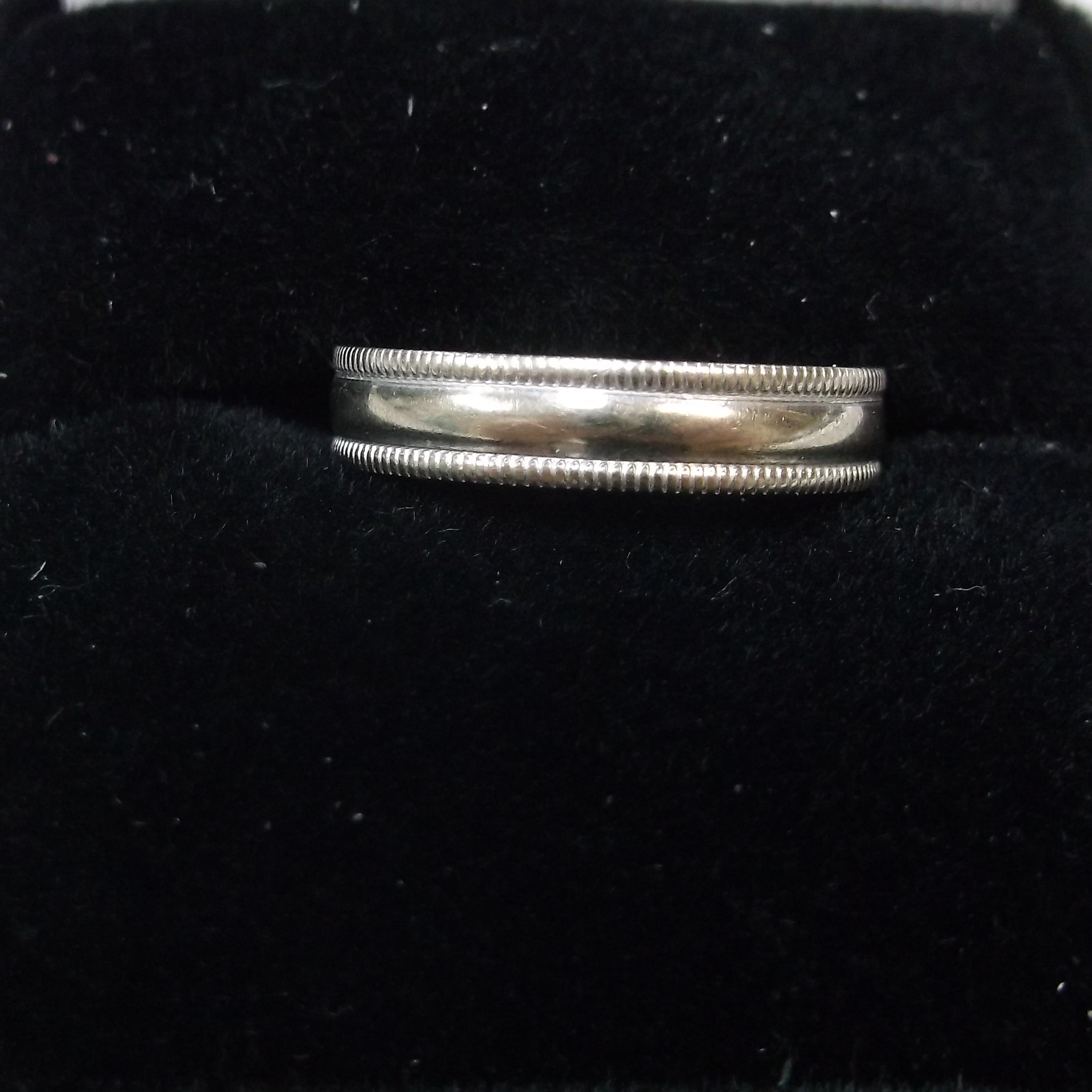 WHITE GOLD BAND WITH EMBELLISHMENTS ON EDGES