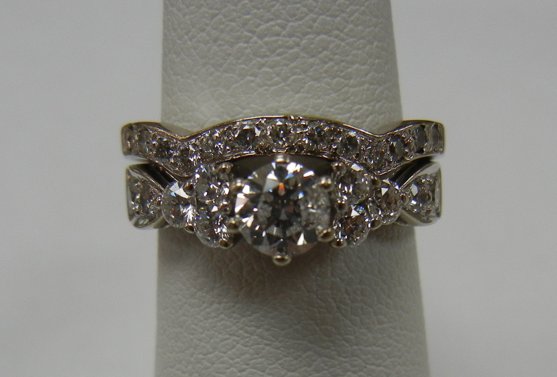 14KT WHITE GOLD WEDDING SET WITH 1/3 CT DIAMOND IN CENTER - SIZE 4.5