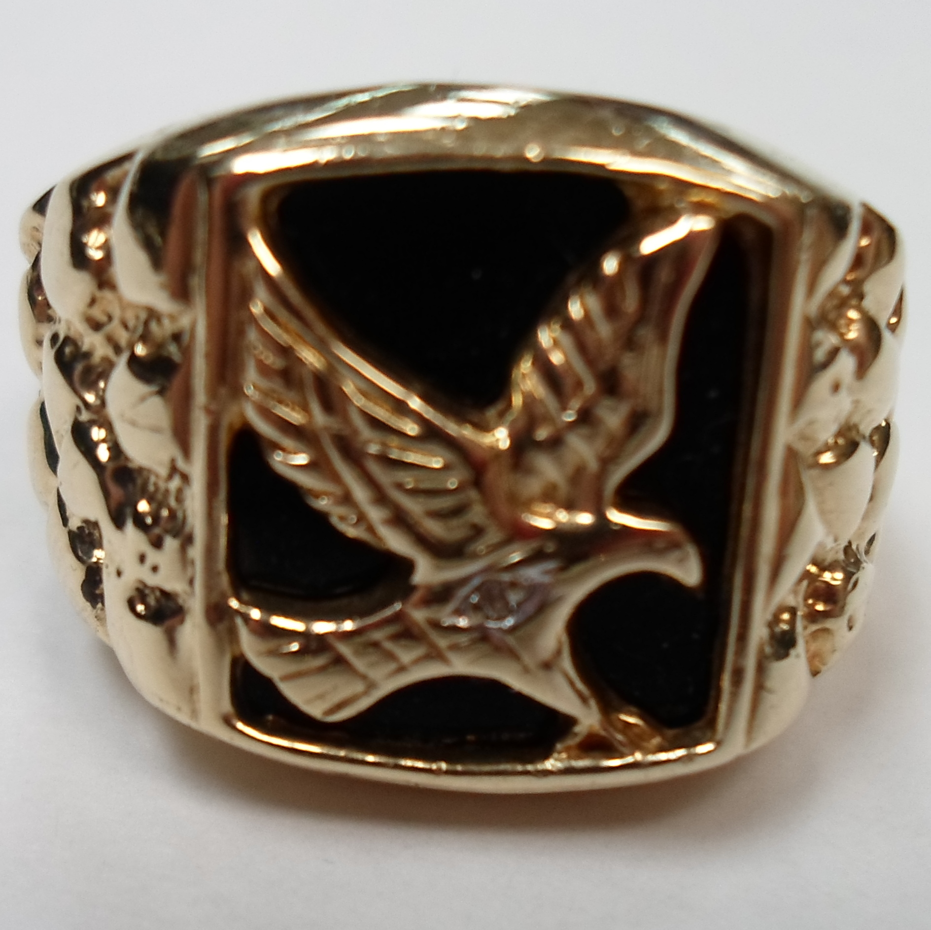 MEN'S 10 KT YELLOW GOLD RING WITH EAGLE ON BLACK STONE
