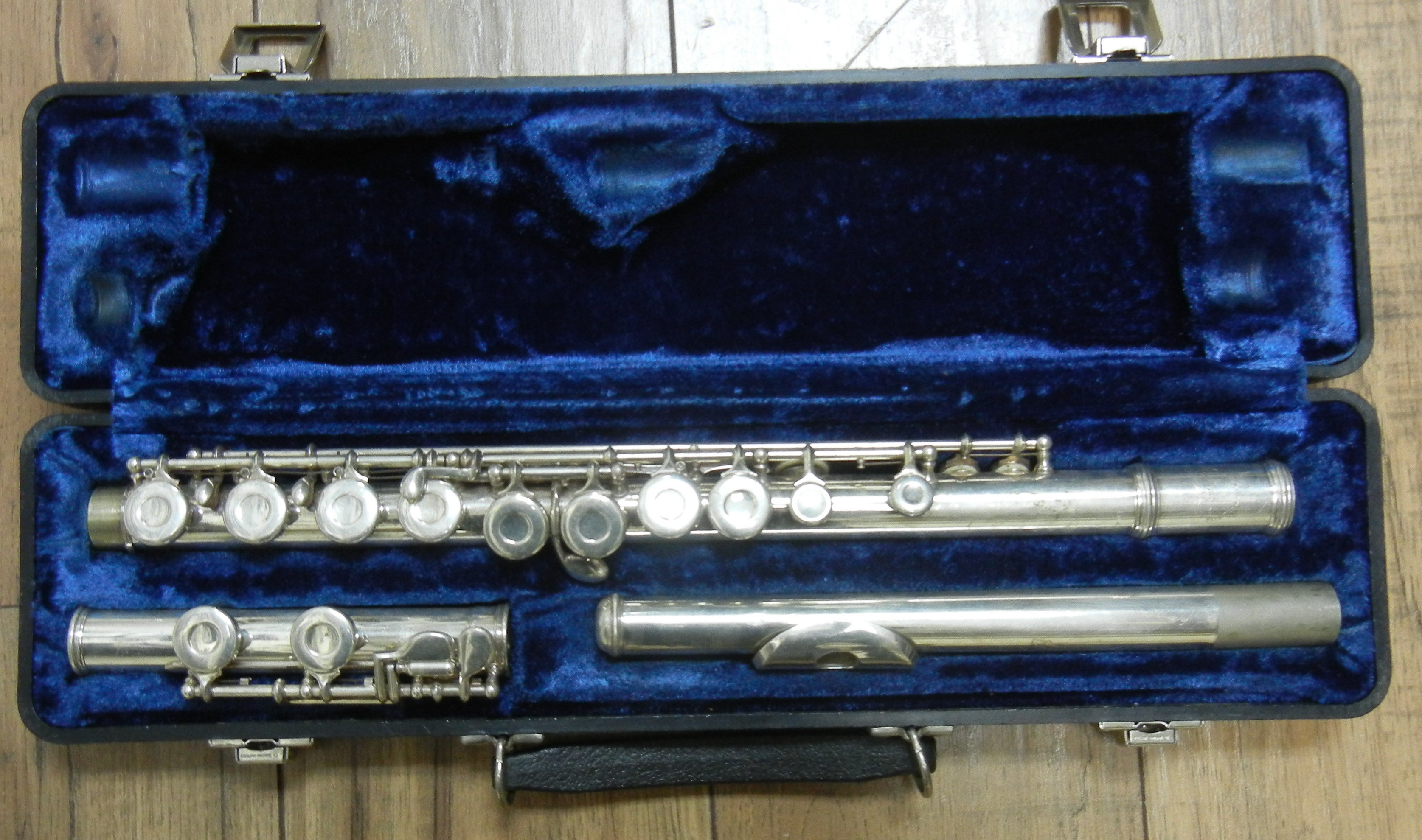 UNBRANDED FLUTE IN CASE