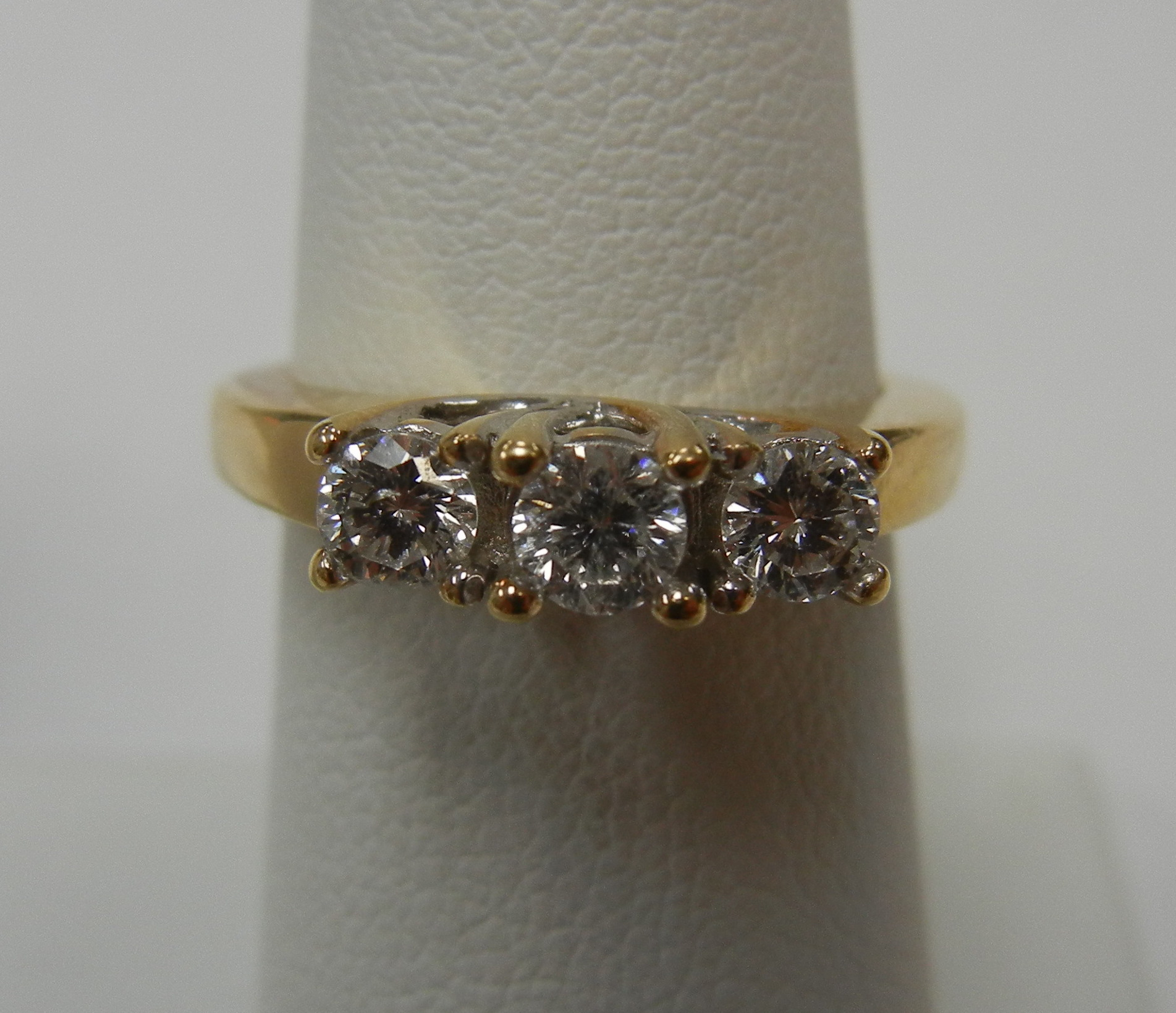 18 KT YELLOW GOLD PAST PRESENT FUTURE RING - SIZE 5