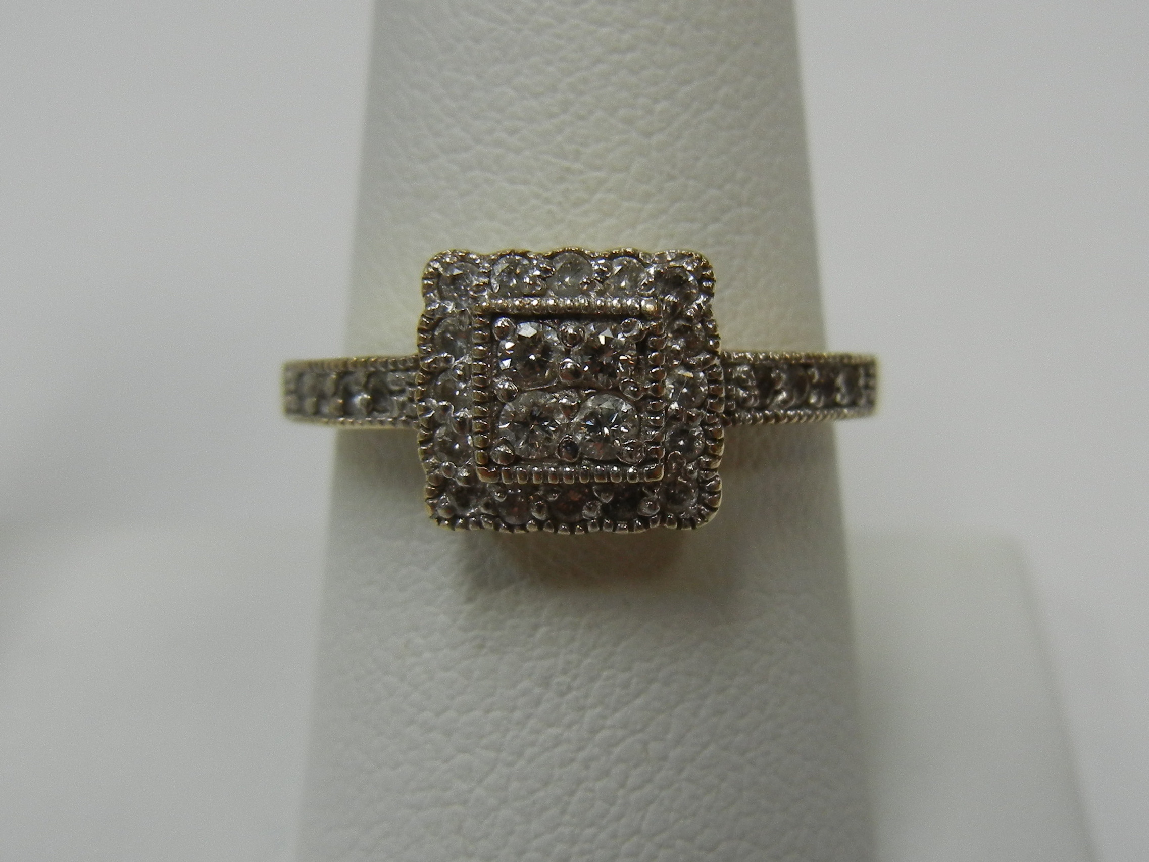 10 KT YELLOW GOLD CLUSTER RING - SIZE 7.5
