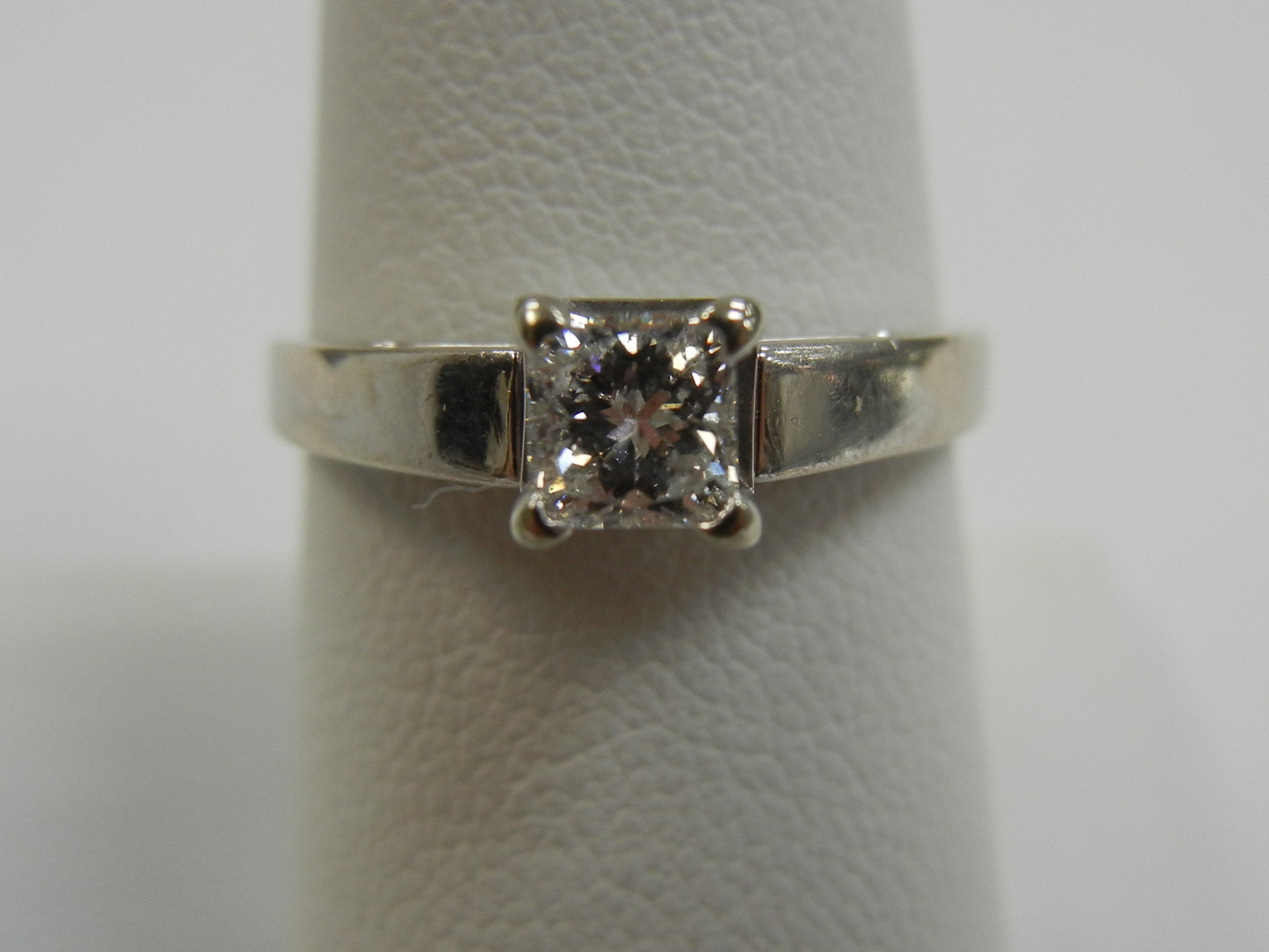 14 KT WHITE GOLD SOLITAIRE PRINCESS CUT ENGAGEMENT RING - SIZE 7.5