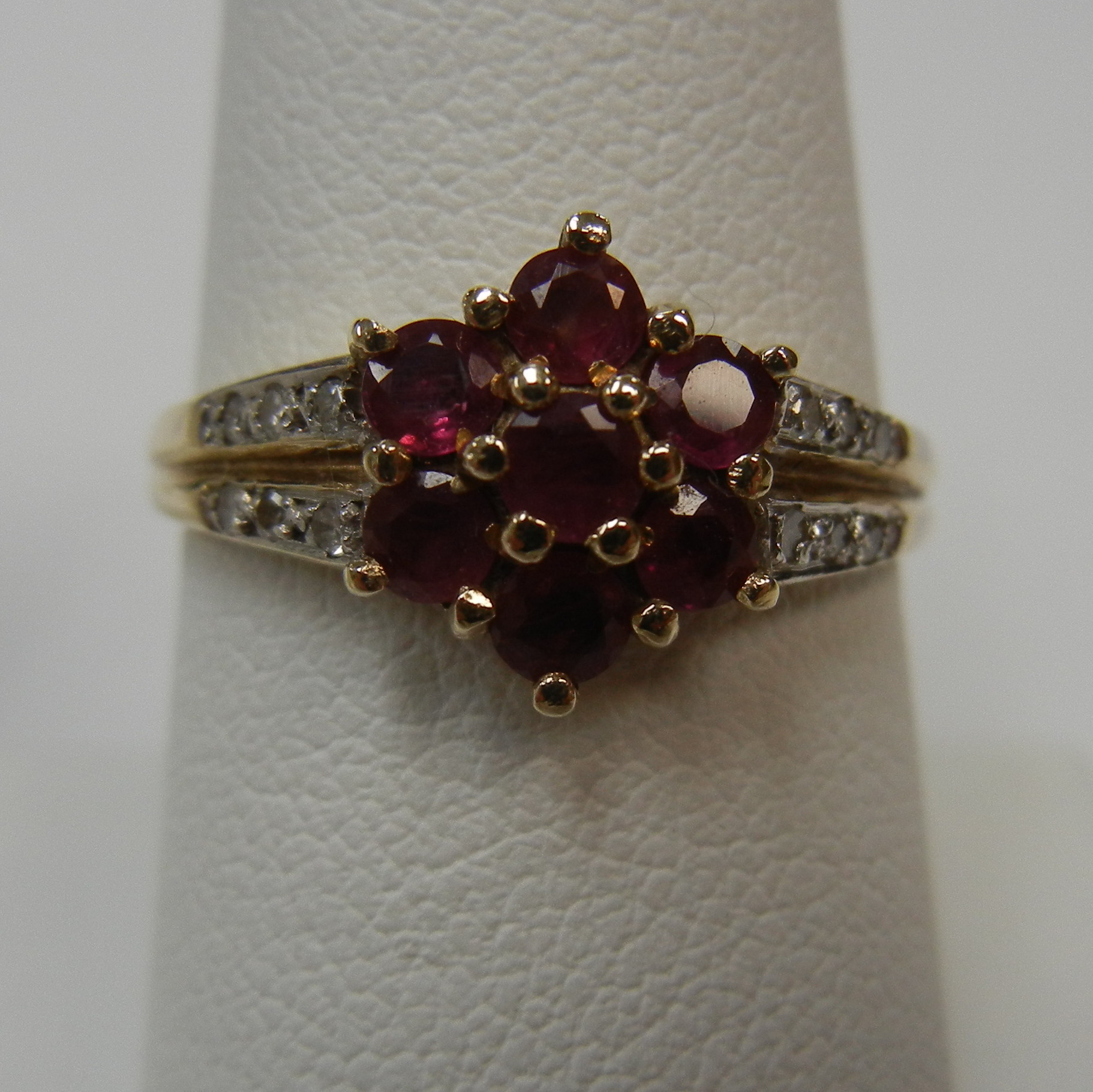 10 KT TWO TONE GOLD RED STONE IN SHAPE OF FLOWER RING - SIZE 7