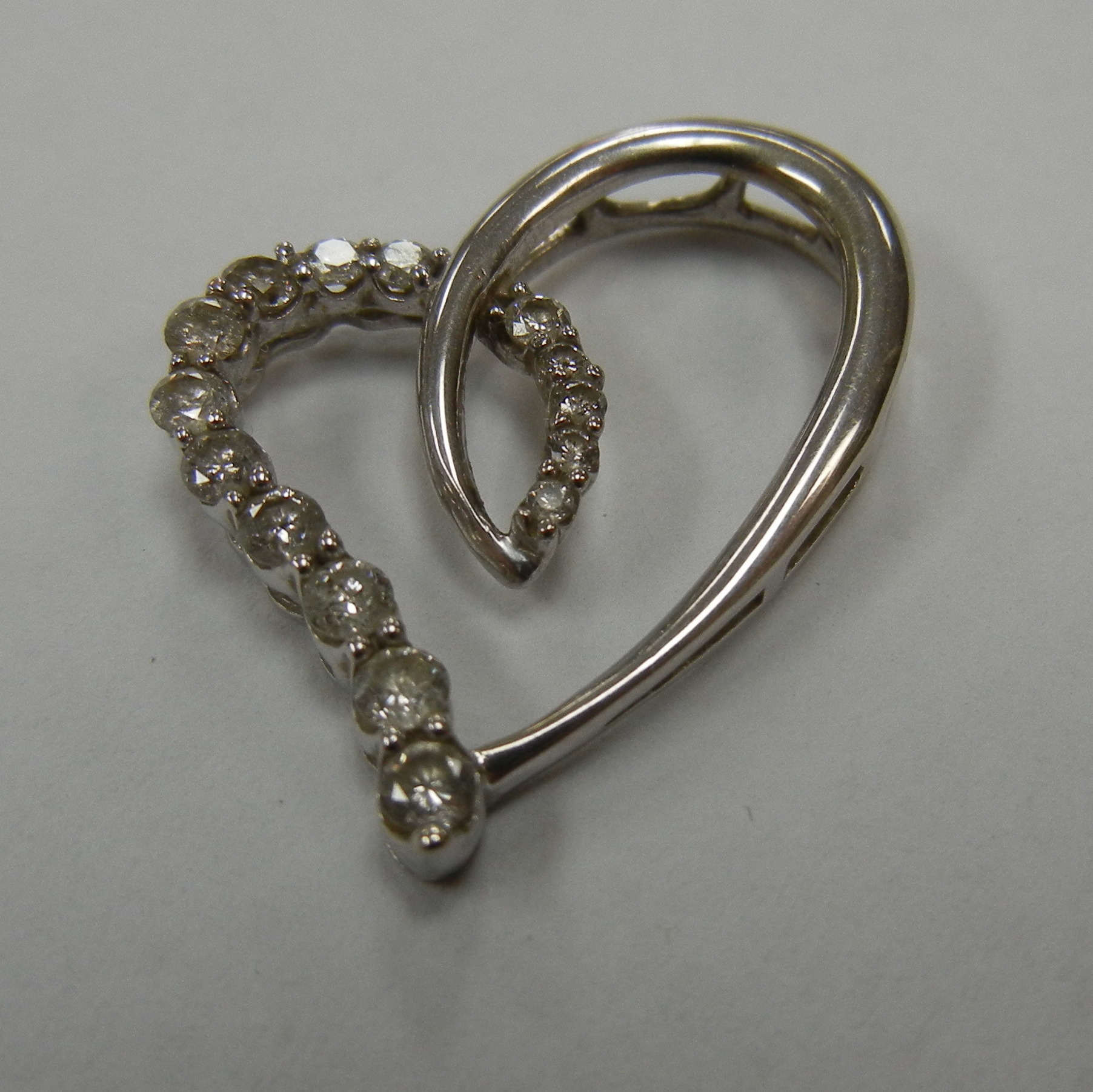 10 KT WHITE GOLD HEART PENDANT WITH DIAMONDS
