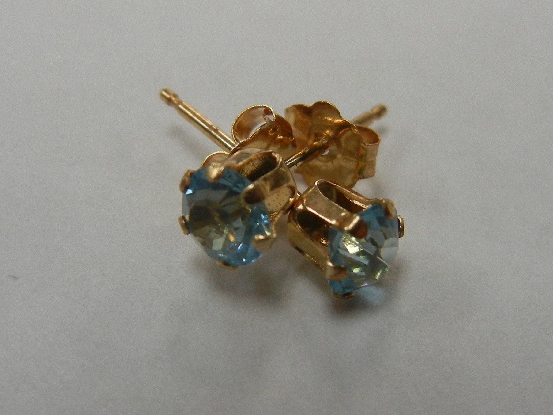 14 KT YELLOW GOLD STUD EARRINGS WITH BLUE STONE