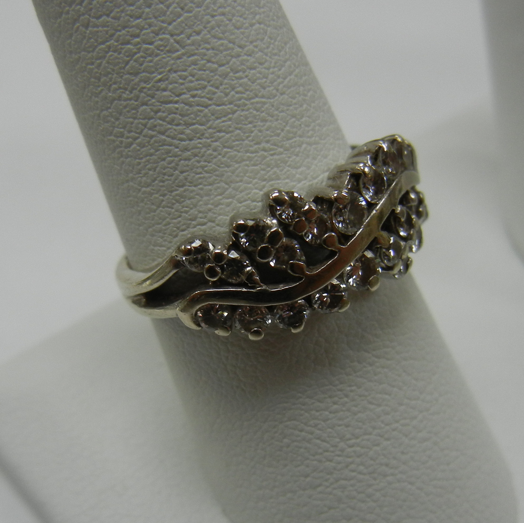 14 KT WHITE GOLD RING WITH CLEAR DIAMONDS IN LEAF PATTERN - SIZE 7.5