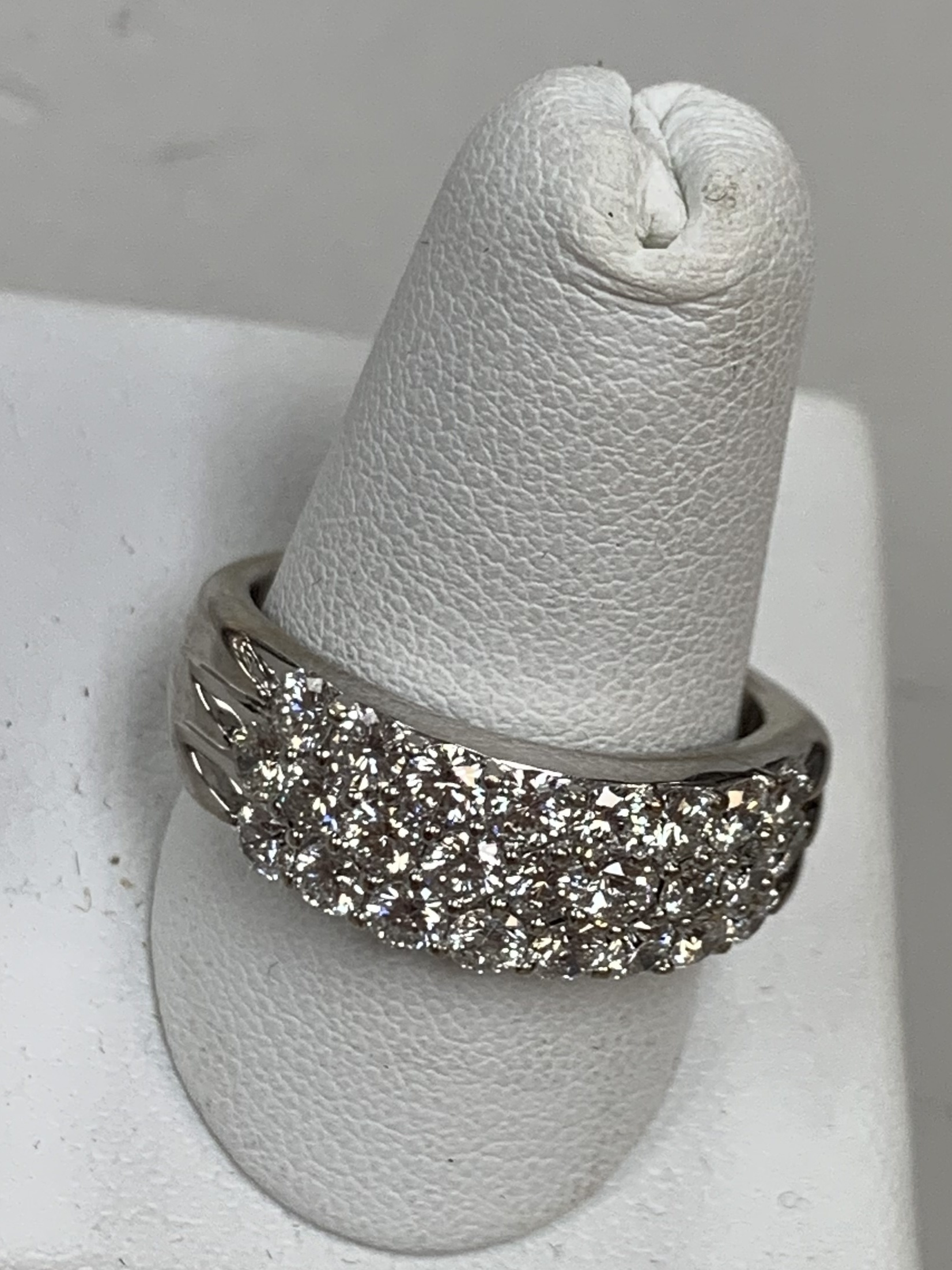 14 KT WHITE GOLD LEO ANNIVERSARY BAND WITH PAPERWORK