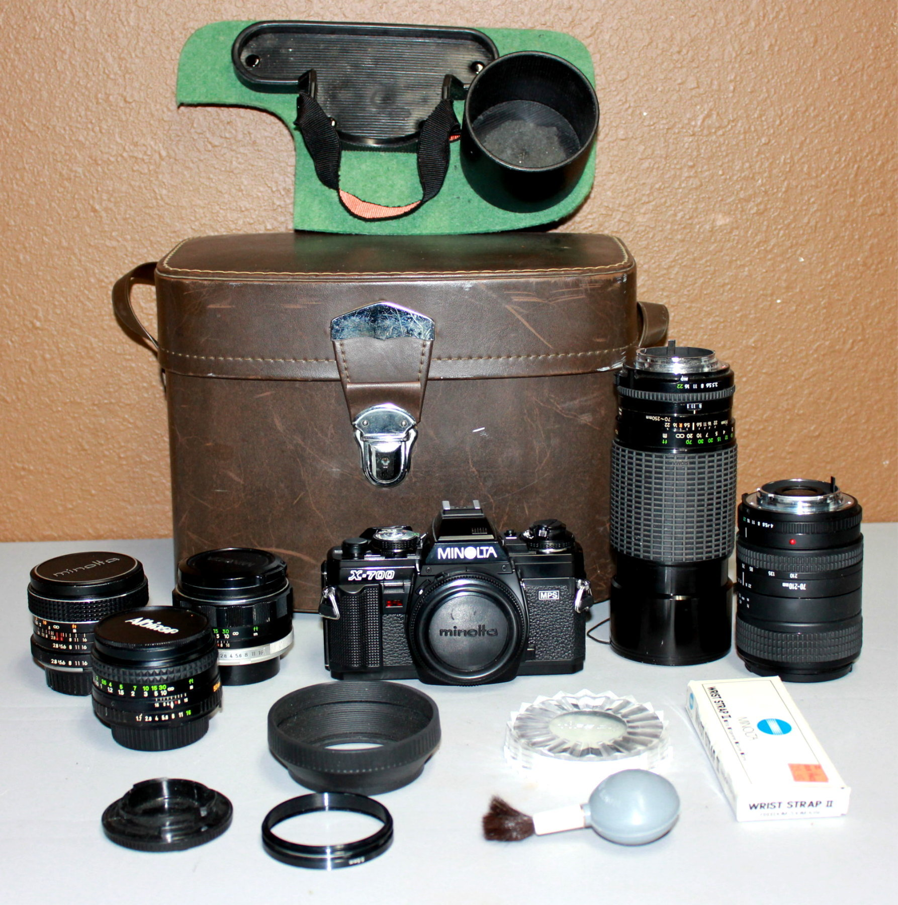 MINOLTA X-700 FILM CAMERA W/MULTIPLE LENSES & ACCESSORIES