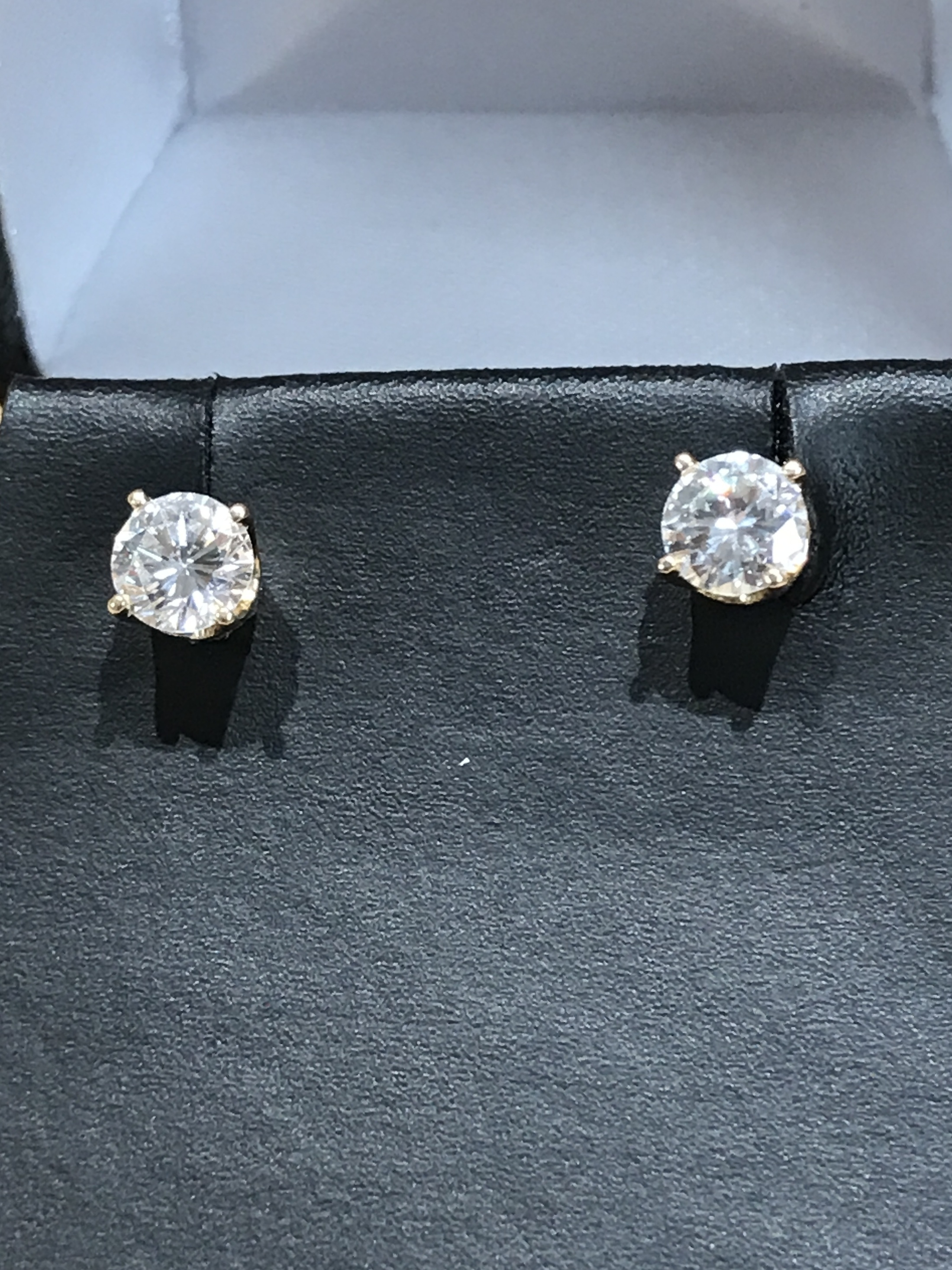 EAR RINGS 14K YELLOW GOLD WITH CLEAR DIAMOND STUDS