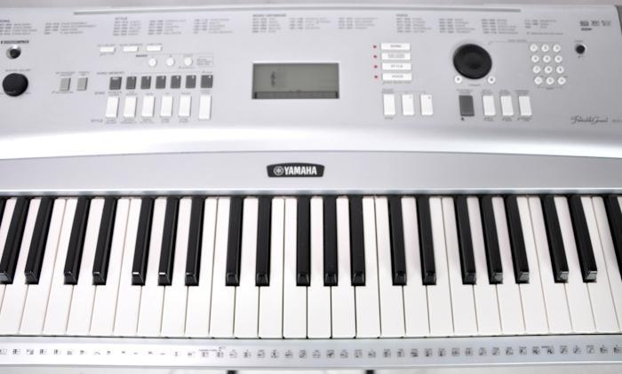 yamaha dgx 220 keyboard digital electric piano synthesizer usb 76 full size keys ebay. Black Bedroom Furniture Sets. Home Design Ideas